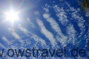 Neuseeland: irisierende Wolken in Perlmutt-Farben. Dies tritt oft bei dünnen, in Sonnennähe befindlichen Altocumulus- oder Cirruswolken auf.