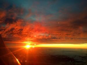 Neuseeland: Grandioser Sonnenaufgang beim Anflug auf Auckland