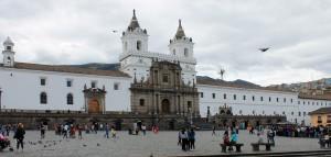 Plaza San Francisco in Quito mit dem mächtigen Franziskanerkloster und der Klosterkirche
