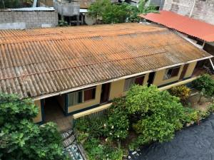 Der Backyard mit den Backpacker-Zimmern des Hotels Flamingo in Puerto Ayoro auf Santa Cruz