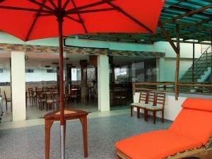 Dachterrasse mit Frühstücksraum im Hotel Flamingo in Puerto Agora auf Santa Cruz, Galapagos