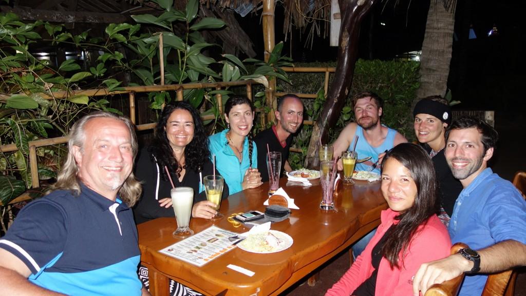 Galápagos, Santa Isabela: Gemeinsames Abendessen mit neuen Bekannten (v.l. Wolfgang und Otti, Sophia und Mehdi aus Toulouse, Jo und Su aus München sowie Alexandre und Tiphaine aus Paris