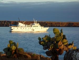 Das Kreuzfahrtschiff La Pinta im Licht der untergehenden Sonne vor North Seymour
