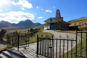 Blick vom Cruz Loma, der Bergstation des TeleferiQo, über die Hochebene auf den Vulkan Pichincha