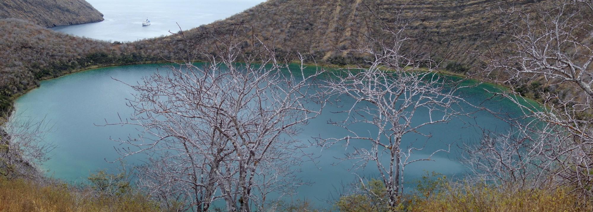 Galápagos, Tagus Cove: Blick über den Lake Darwin auf die Tagus Cove mit der Yacht La Pinta