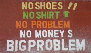 Belize; Caye Caulker: Eine der vielen Mottotafeln wie man sie überall auf der Insel findet. No shoes, no shirt, no problem, no money, big problem!